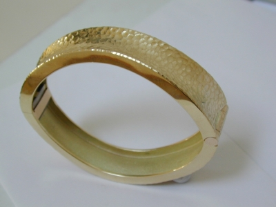 Hammered 18ct gold bangle
